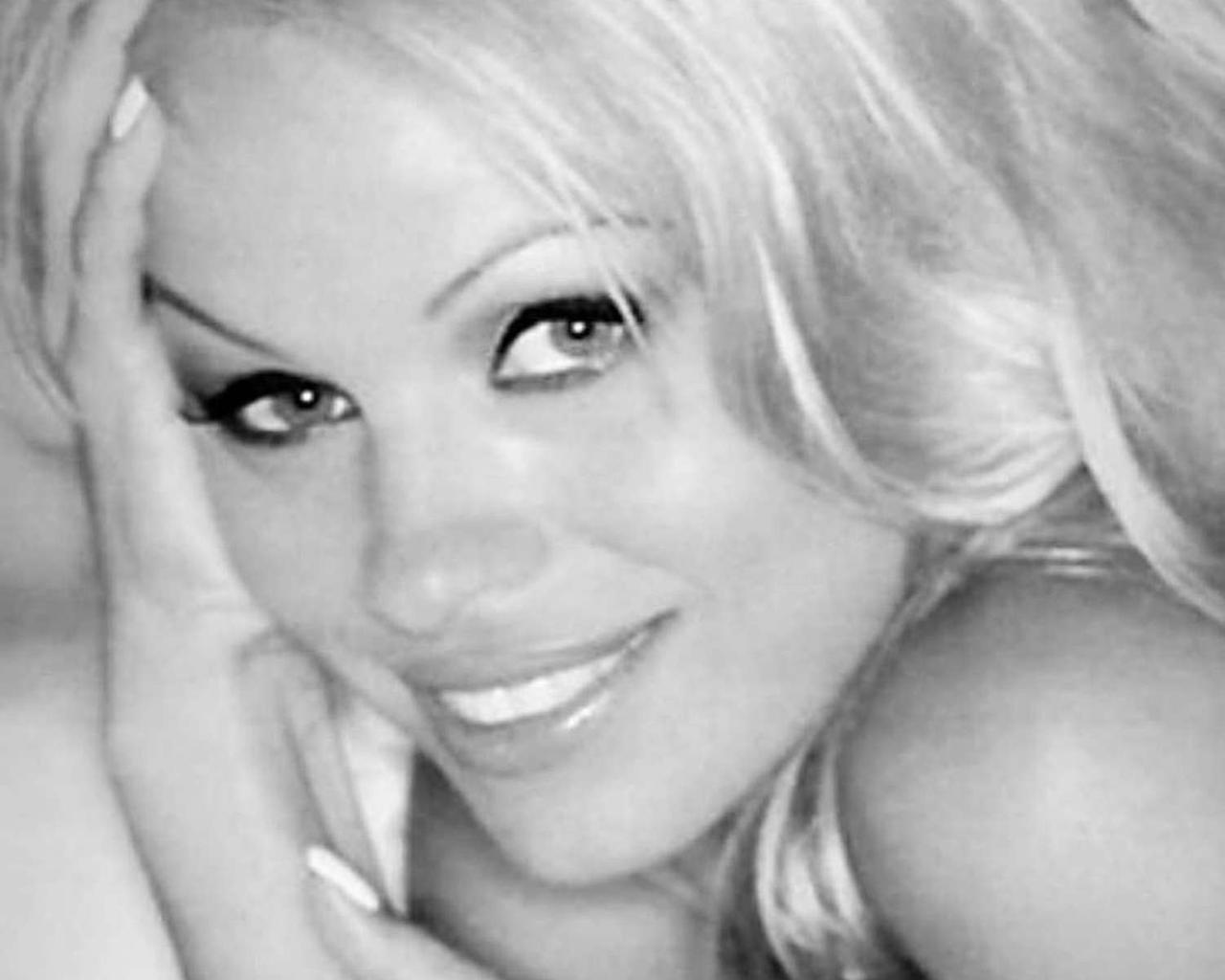 """""""Men Nowadays Feel """"Paralyzed,"""" Pamela Anderson Says — Does She Have a Point?"""
