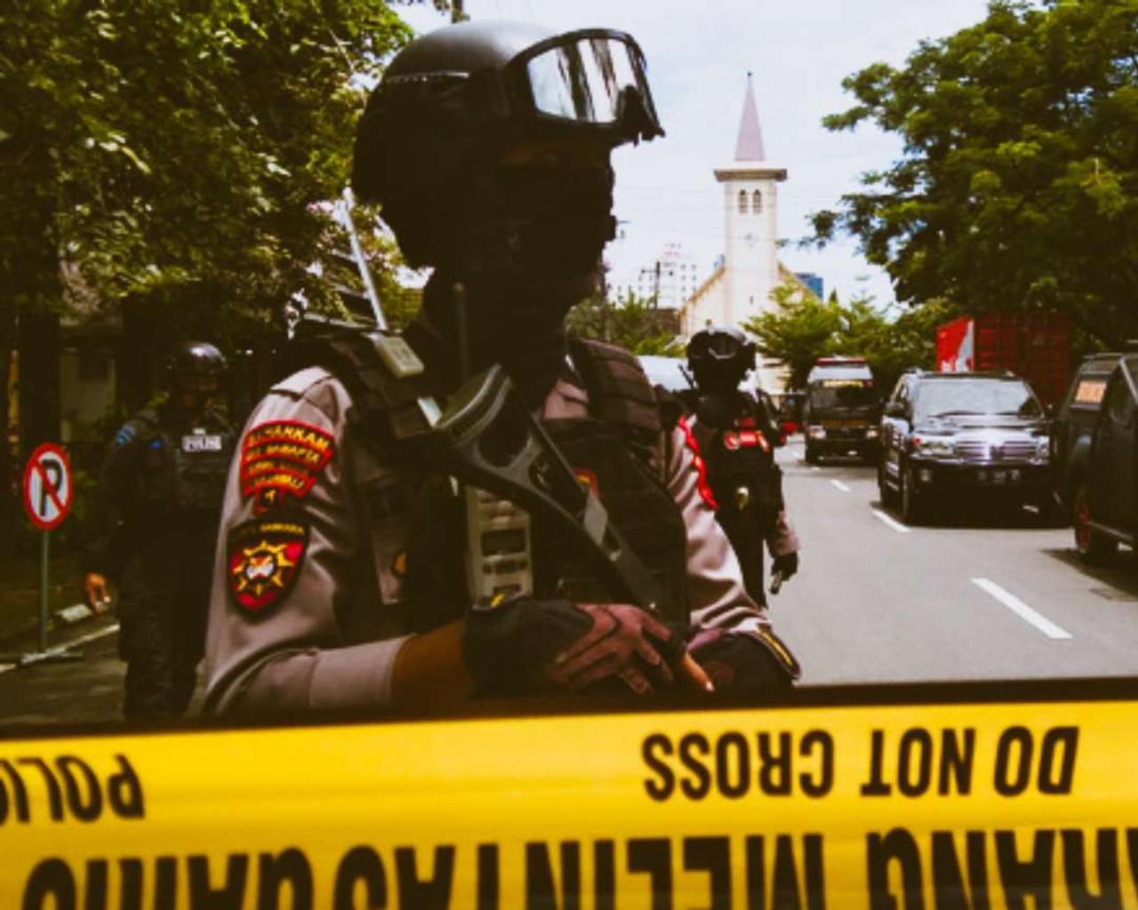 Indonesia: explosion near Makassar cathedral, probably targeted by a bomb.