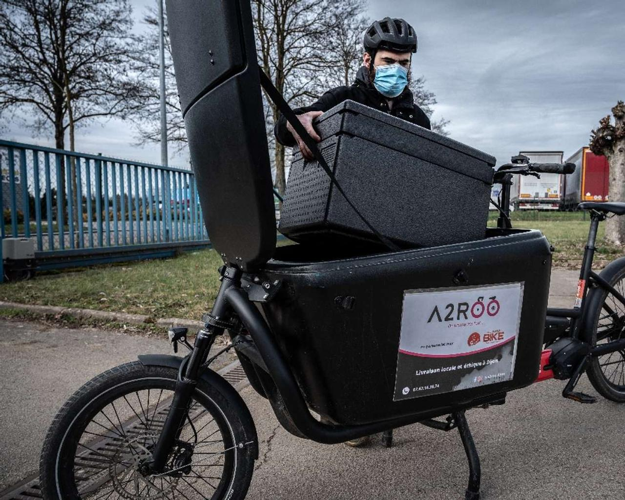 Deliveroo to hand riders up to £10,000 in UK float