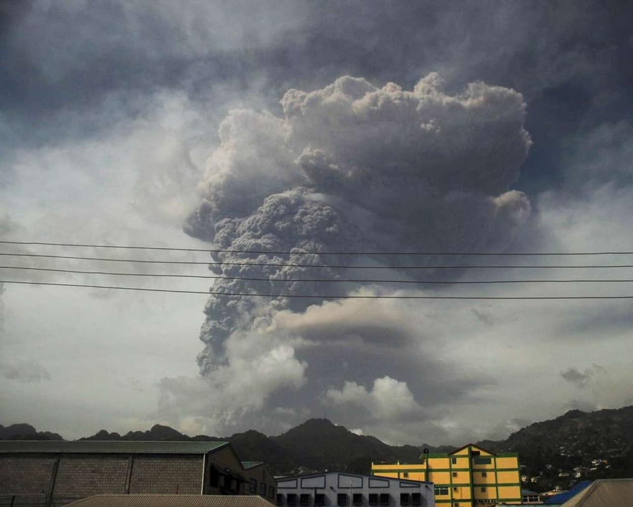 Strong ashfall from the St Vincent volcano has hampered evacuation efforts on the Caribbean island.