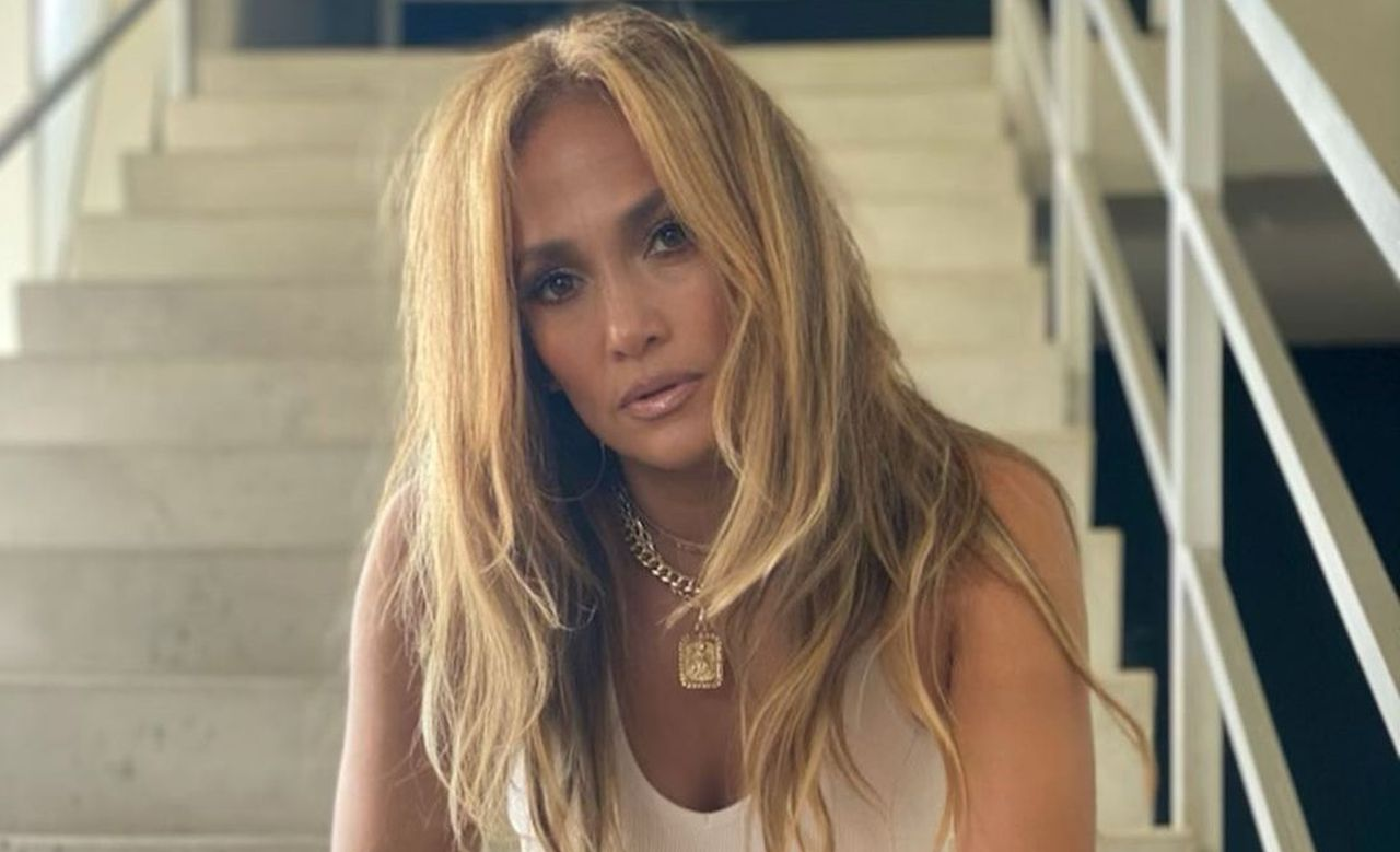 Jennifer Lopez Ditches Engagement Ring From Alex Rodriguez In New Photo